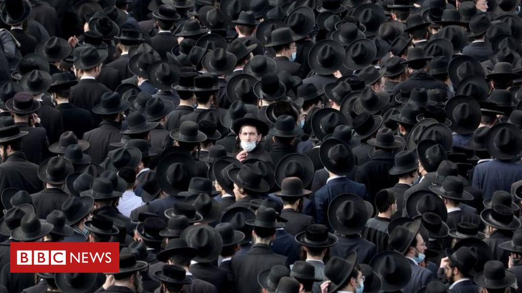 Covid: Thousands attend Israel funeral for orthodox rabbi